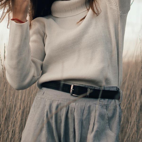 Mujer con cinturón de cuero femenino atado a la cintura - Categoría cinturones de mujer