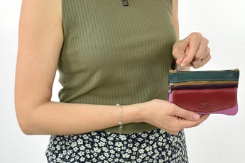 Mujer enseñando un monedero en las manos - Categoría monederos de mujer