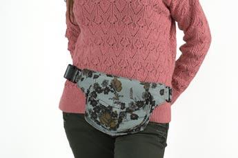 Mujer con una bella Riñonera femenina atada a la cintura - Categoría riñoneras de mujer