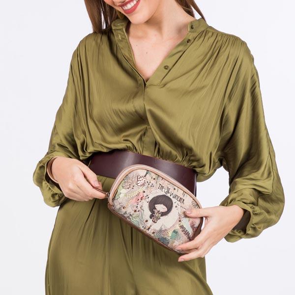 Mujer sujetando en las manos un neceser femenino - Categoría Neceseres de mujer