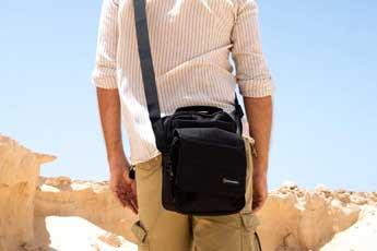 Hombre con una bandolera negra cruzado sobre el pecho - Categoría de bolsos bandoleras para hombre