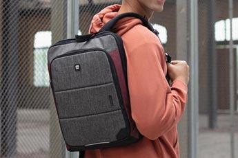 Hombre con una mochila urbana colgando de uno de los hombros - Categoría de mochilas de hombre.