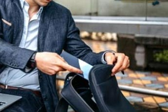Hombre guardando su Tablet en su bolso porta-documentos - Categoría porta documentos para hombre.