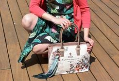 Mujer agachada sujetando un bolso de mano - Categoría Bolsos de mano