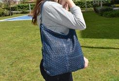 Mujer sujetando un bolso hobo en uno de los hombros - Categoría de bolsos Hobo.