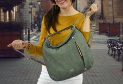 Mujer de pie en la calle con un Bolso Mochila en la espalda - Categoría bolsos mochila