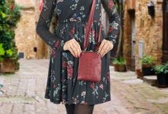 Mujer sujetando un bolso para móviles en la mano - Categoría de bolsos para móviles